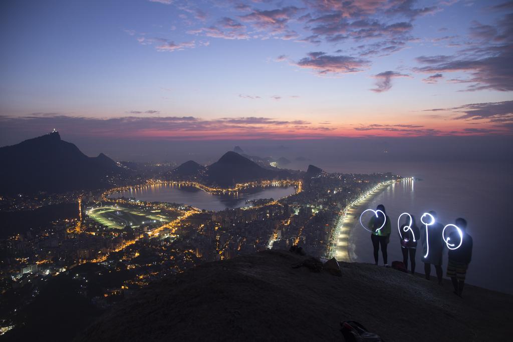 Lichtmalerei mit langer Belichtungszeit in Rio de Janeiro, Brasilien  (AP Photo/Felipe Dana)
