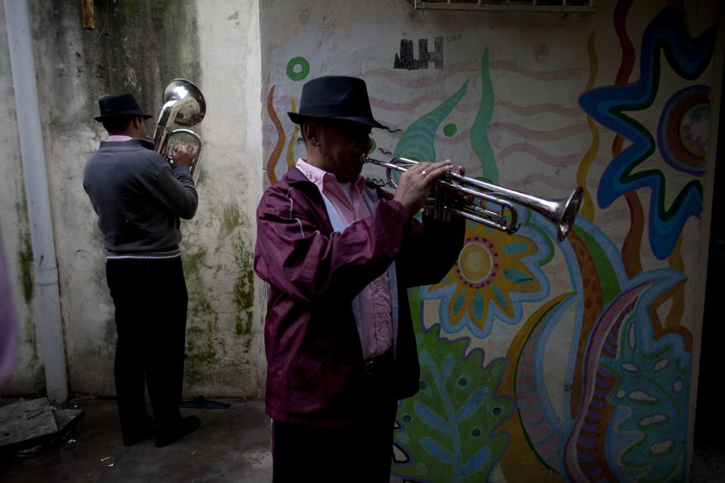 Musiker spielen sich vor ihrem Auftritt ein, Buenos Aires, Argentinien (AP Photo/Natacha Pisarenko)