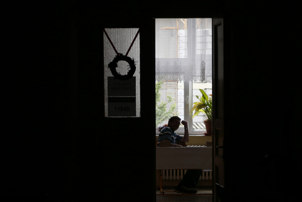 Wahllokal in Prag, Tschechien (Keystone/AP Photo/Petr David Josek)