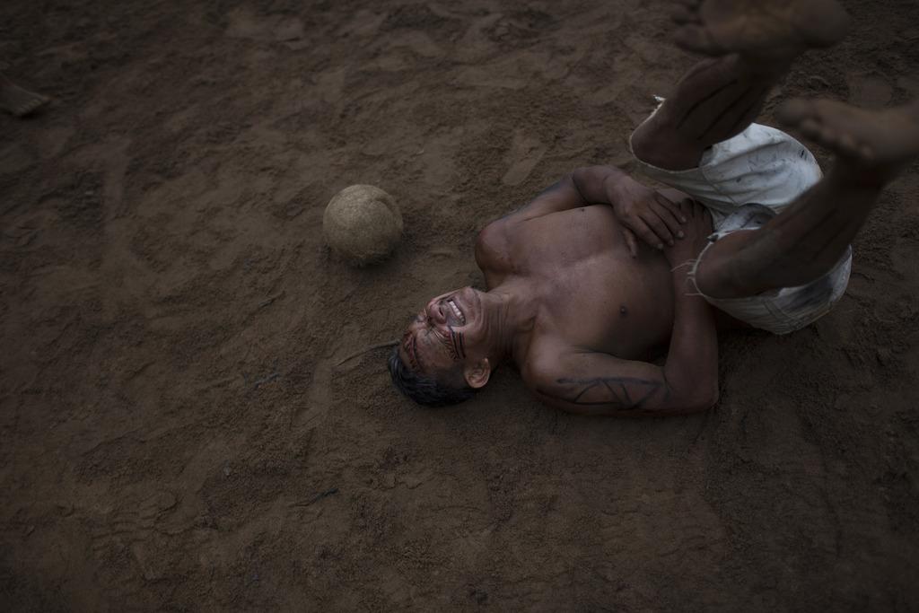 Das hat wehgetan: Fußballspiel in einer Siedlung von Indios nahe Manaus, Brasilien (AP Photo/Felipe Dana)