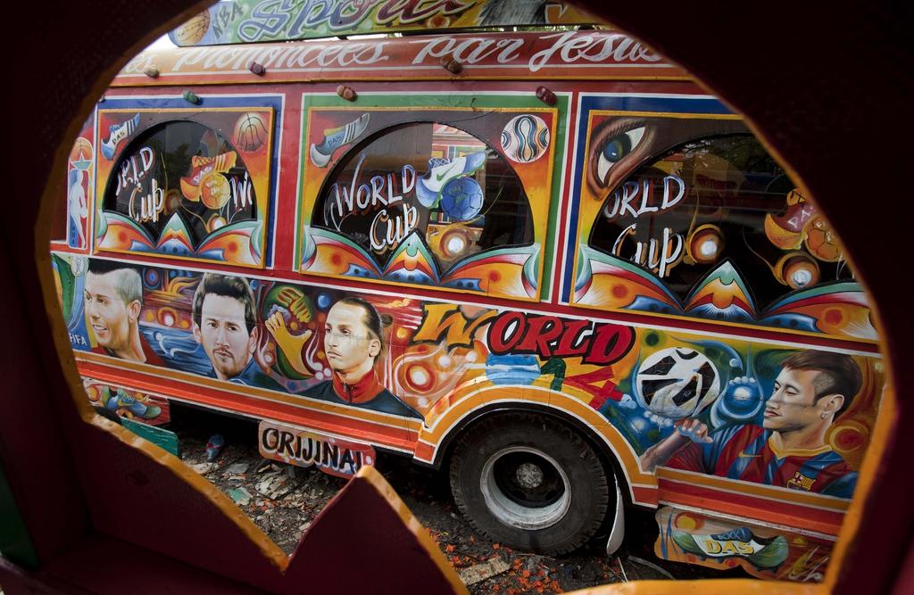 Bus mit gemalten Bildern von Fußballstars, Port-au-Prince, Haiti  (AP Photo/Dieu Nalio Chery)