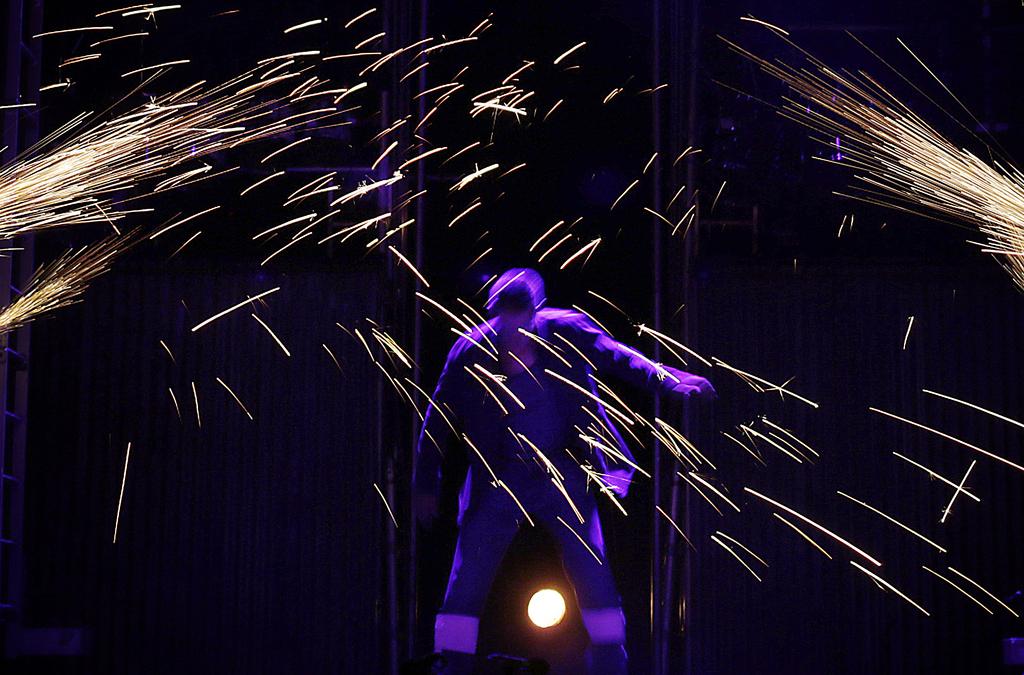 Tänzer bei einer Aufführung in Singapur (AP Photo/Wong Maye-E)