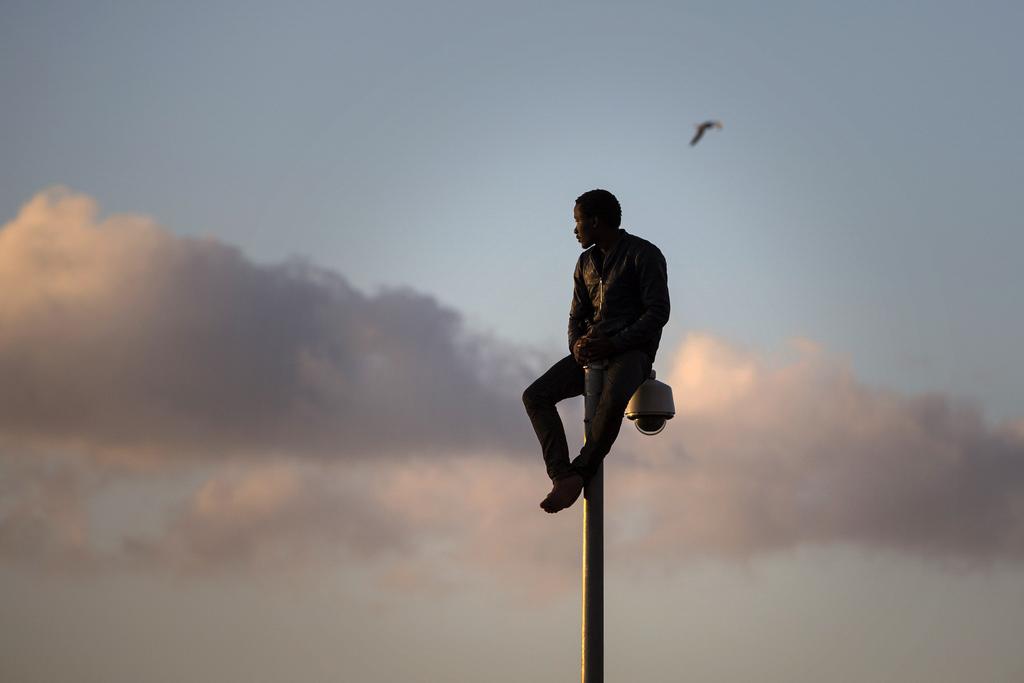 Migrant auf der Grenze in Melilla, Spanien (Keystone/AP Photo/Santi Palazzos)
