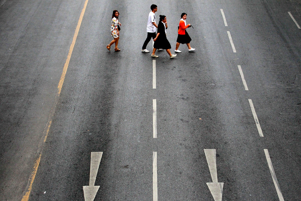 Abbey Road? Fußgänger in Bangkok, Thailand (Keystone/AP Photo/Wason Wanichakorn)