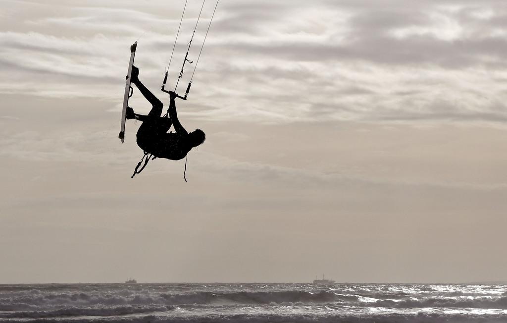 Kitesurfing vor Cape Town, Südafrika (Keystone/AP Photo/Schalk van Zuydam)