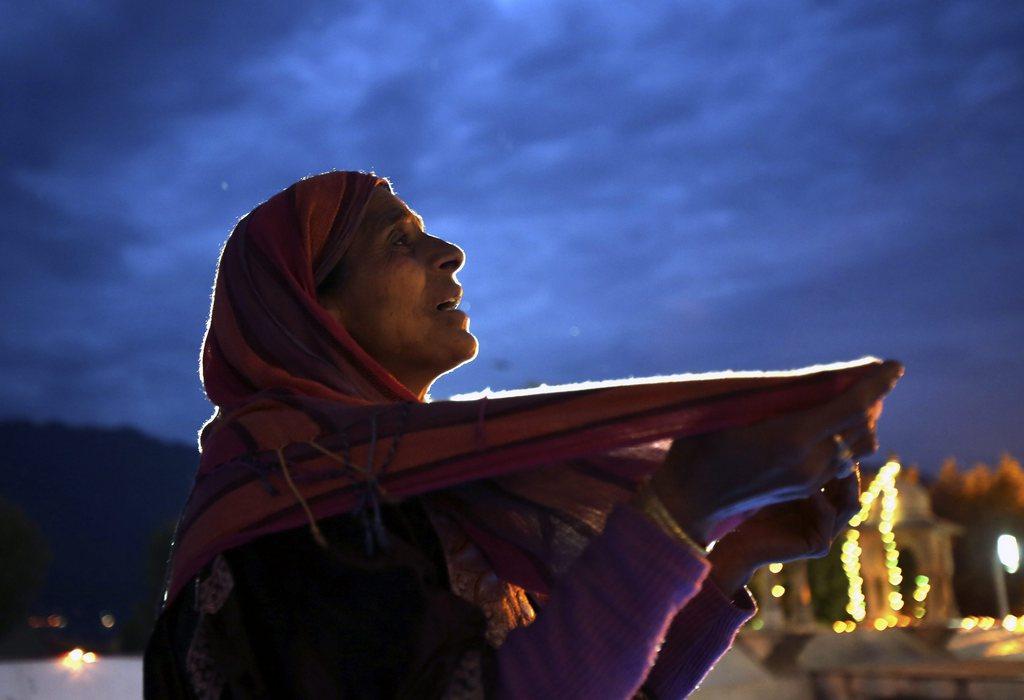 Morgengebet in Srinagar, Indien (Keystone/EPA/Farooq Khan)