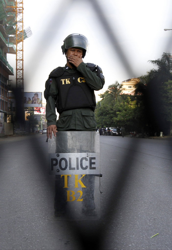 Ein Polizist und eine Absperrung in Phnom Penh, Kambodscha (Keystone/AP Photo/Heng Sinith)