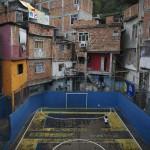 Fußballspielen in einem Slum von Rio de Janeiro, Brasilien (AP Photo/Leo Correa)