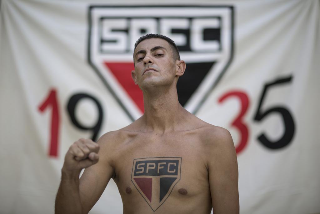 Fußballfan mit Vereinswappen als Tatoo, Rio de Janeiro, Brasilien (AP Photo/Felipe Dana)