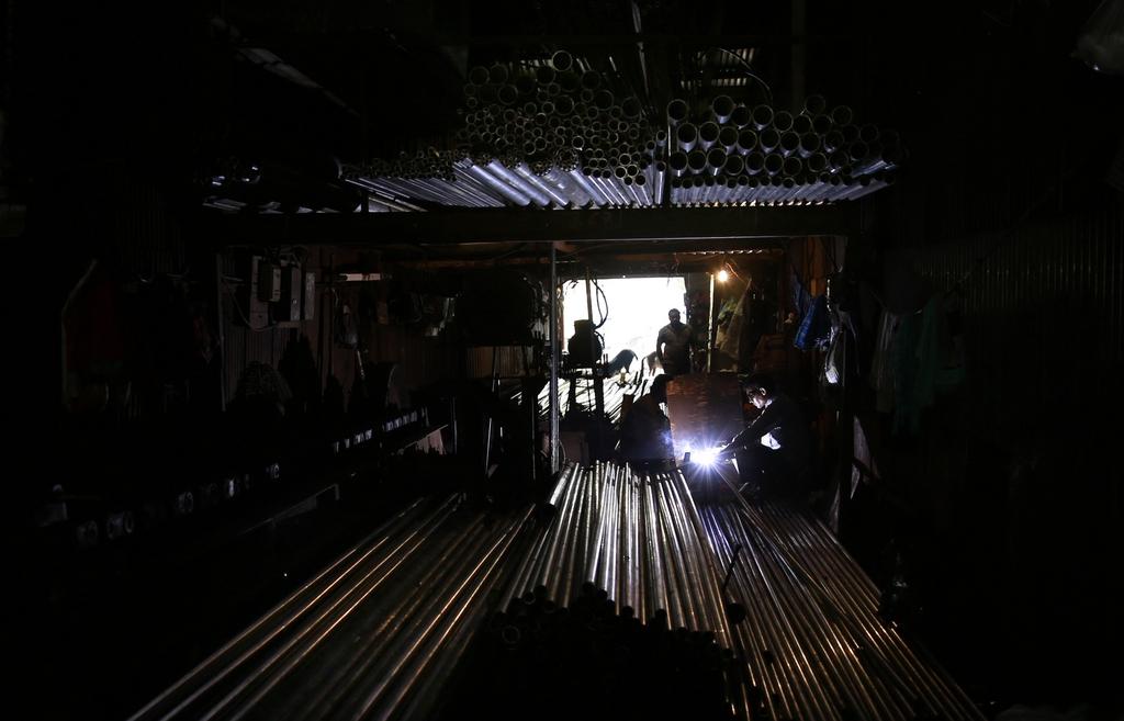 Eine Werkstatt für Eisen- und Stahlverarbeitung in Mumbai, Indien (AP Photo/Rafiq Maqbool)