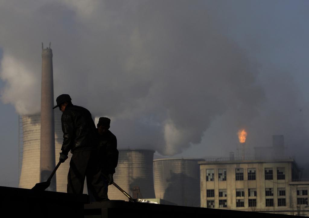 Kohlen schaufeln in Nordchina (AP Photo/Oded Balilty, Archiv)