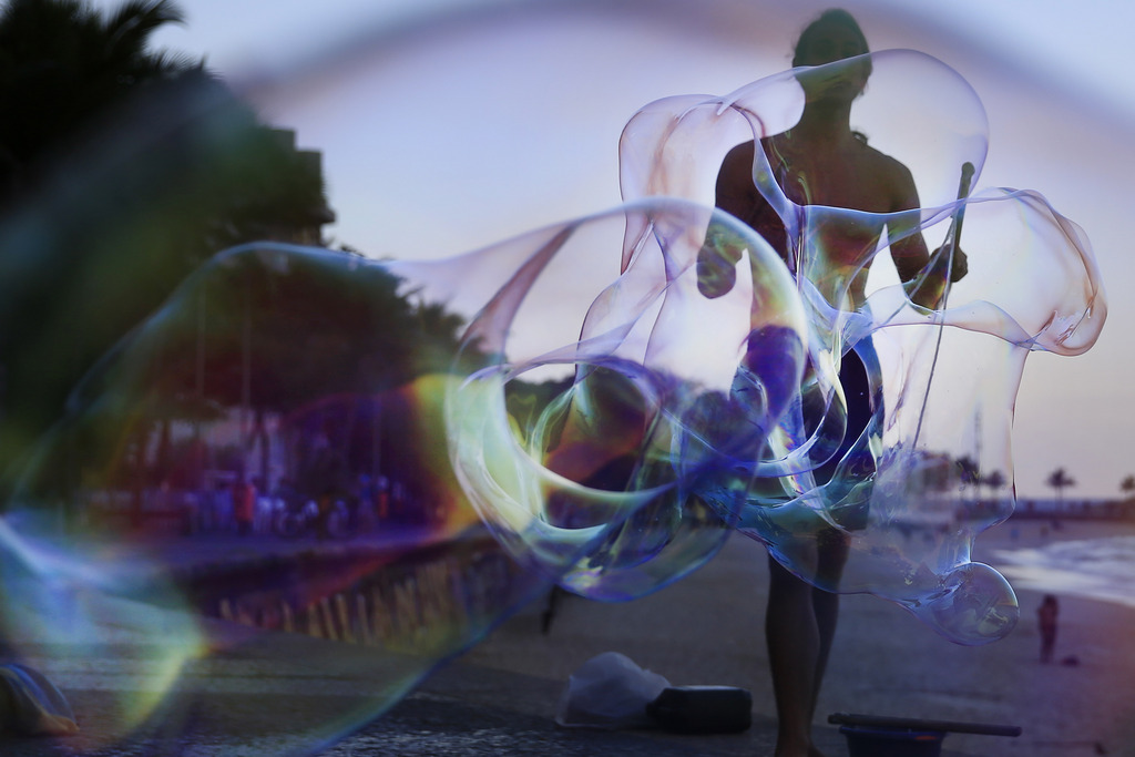 Seifenblasen am Strand von Rio de Janeiro, Brasilien (Keystone/AP Photo/Hassan Ammar)