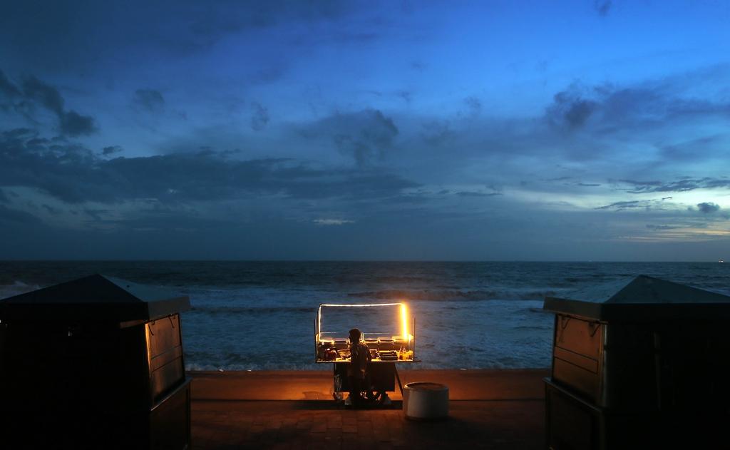 Straßenhändler am Strand von Colombo, Sri Lanka (Keystone/AP Photo/Eranga Jayawardena)