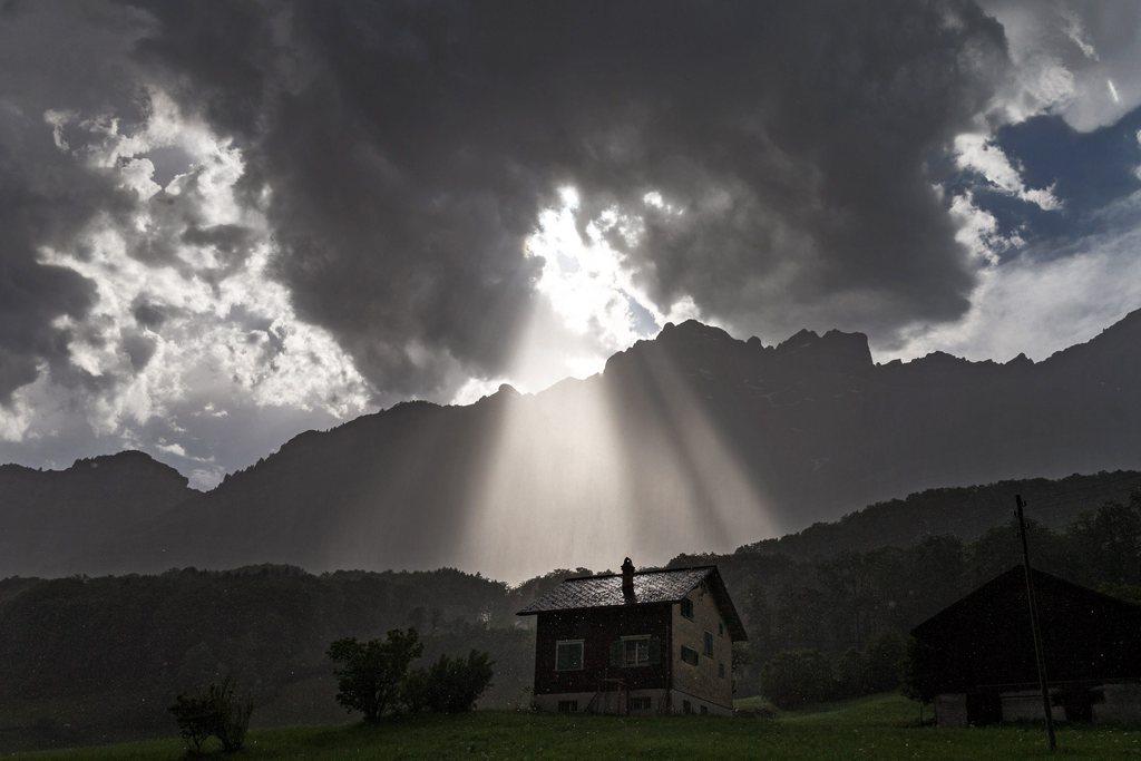 Sommergewitter über Schwanden, Schweiz (Keystone/EPA/Arno Balzarini)