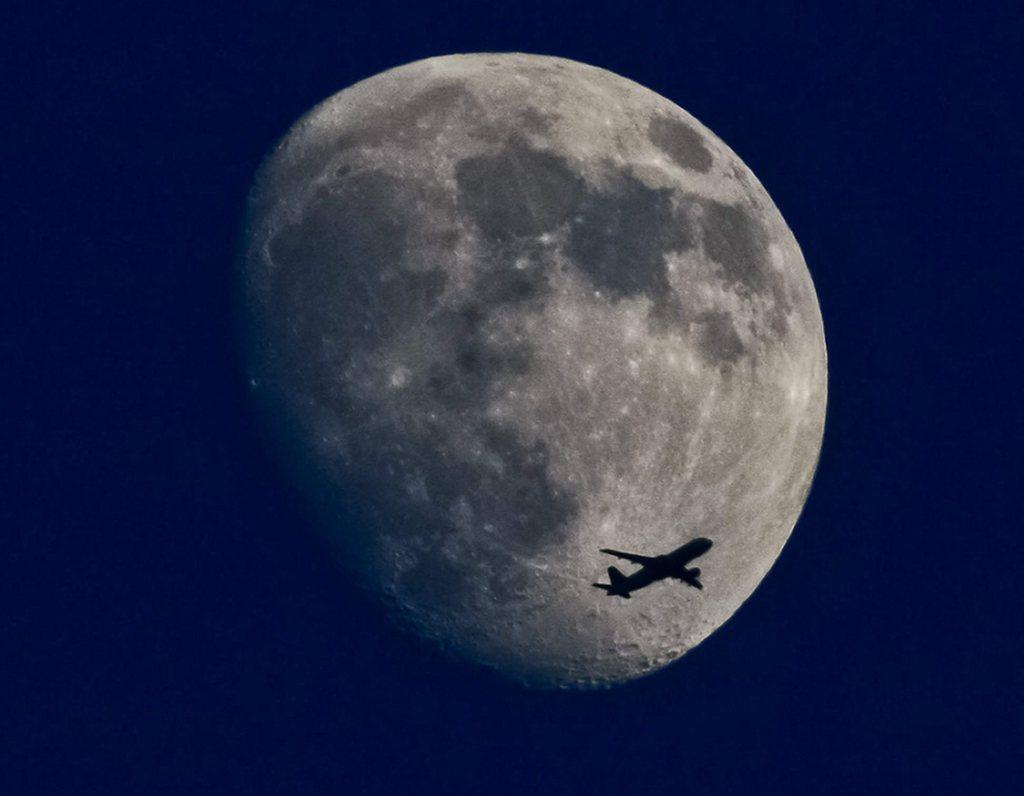 Flugzeug kreuzt den Mond, Frankfurt/Main, D, EPA/FRANK RUMPENHORST