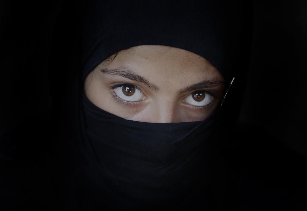 Eine Frau in Tbilisi, Georgien (Keystone/AP Photo/Shakh Aivazov)
