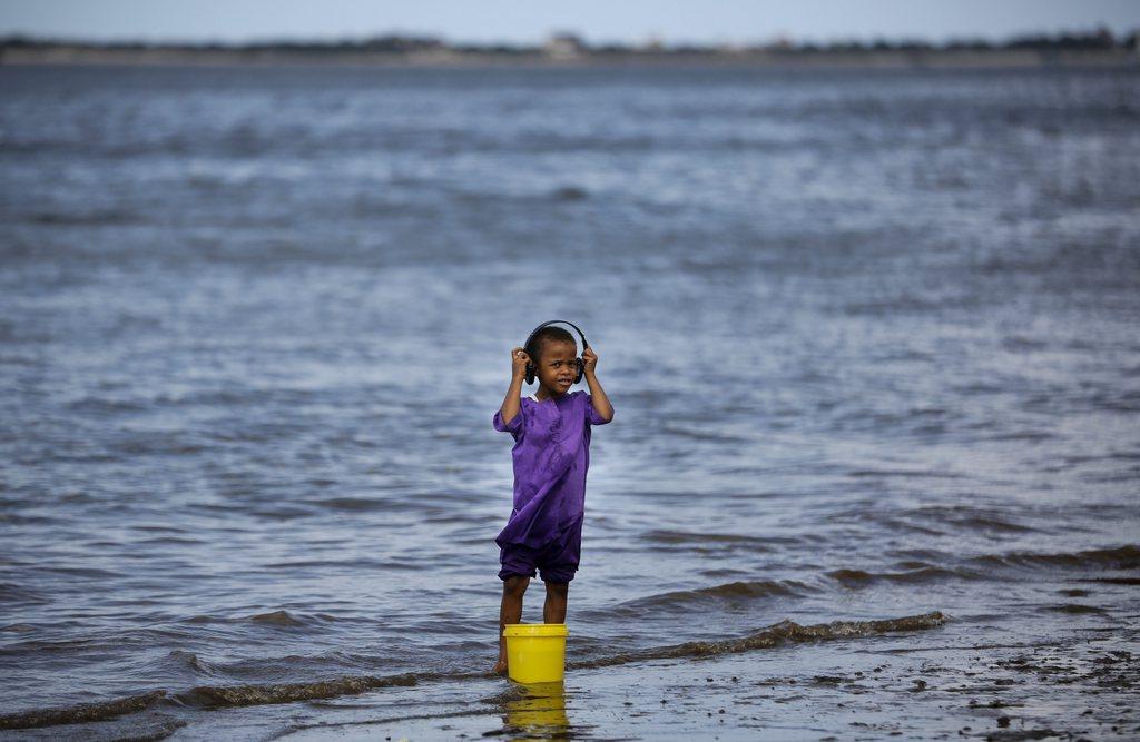 Spielendes Mädchen in Lamu, Kenya (Keystone/EPA/Dai Kurokawa)