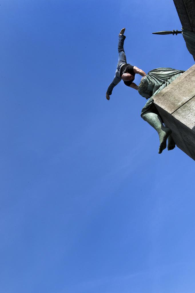 Encho Keryazov vollführt einen Handstand auf der Helvetia in Basel, Schweiz (Keystone/Georgios Kefalas)