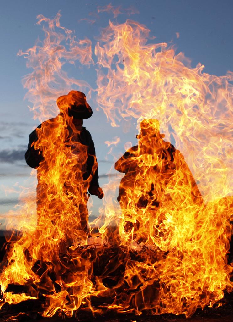 Feuer bei einer Neujahrszeremonie der Indianer in Bolivien, Hochland von Tiwanaku  (AP Photo/Juan Karita)