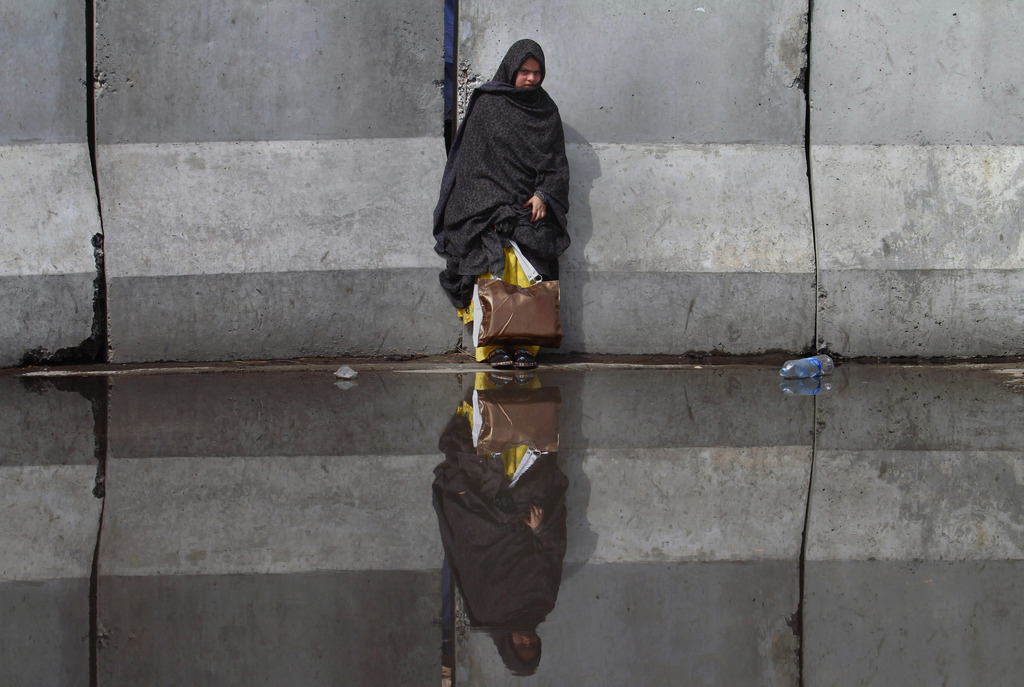 Frau am Flughafen in Islamabad, Pakistan (AP Photo/Anjum Naveed)