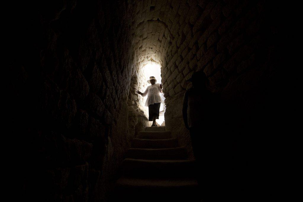 Am Eingang einer Höhle in Beit Shemesh, Israel (Keystone/EPA/Abir Sultan)