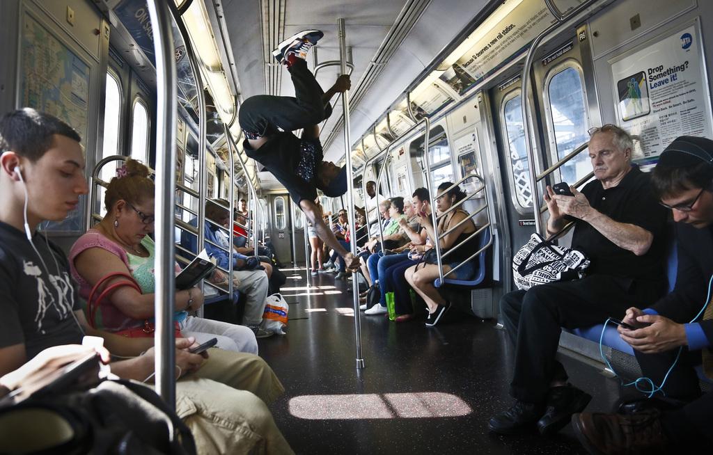 Akrobatik in der New Yorker Untergrundbahn, USA (AP Photo/Bebeto Matthews)