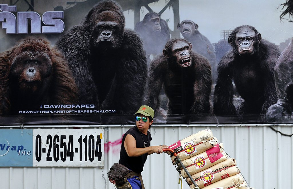 Warentransporteur vor Filmplakat, Bangkok, Thailand, EPA/BARBARA WALTON