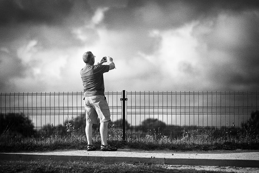 Vergleichsbild aus dem eigenen Portfolio (Fotografierender Tourist am Rande der 'Alignements de Carnac', Département du Morbihan, Bretagne 2010)
