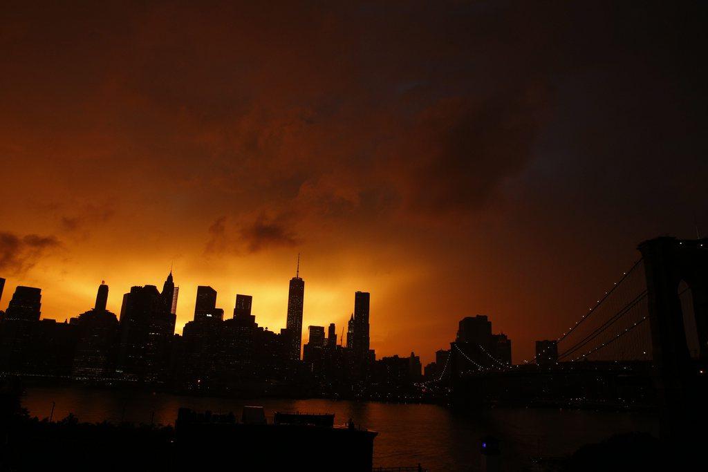Sonnenuntergang in New York, USA (Keystone/EPA/Andrew Gombert)