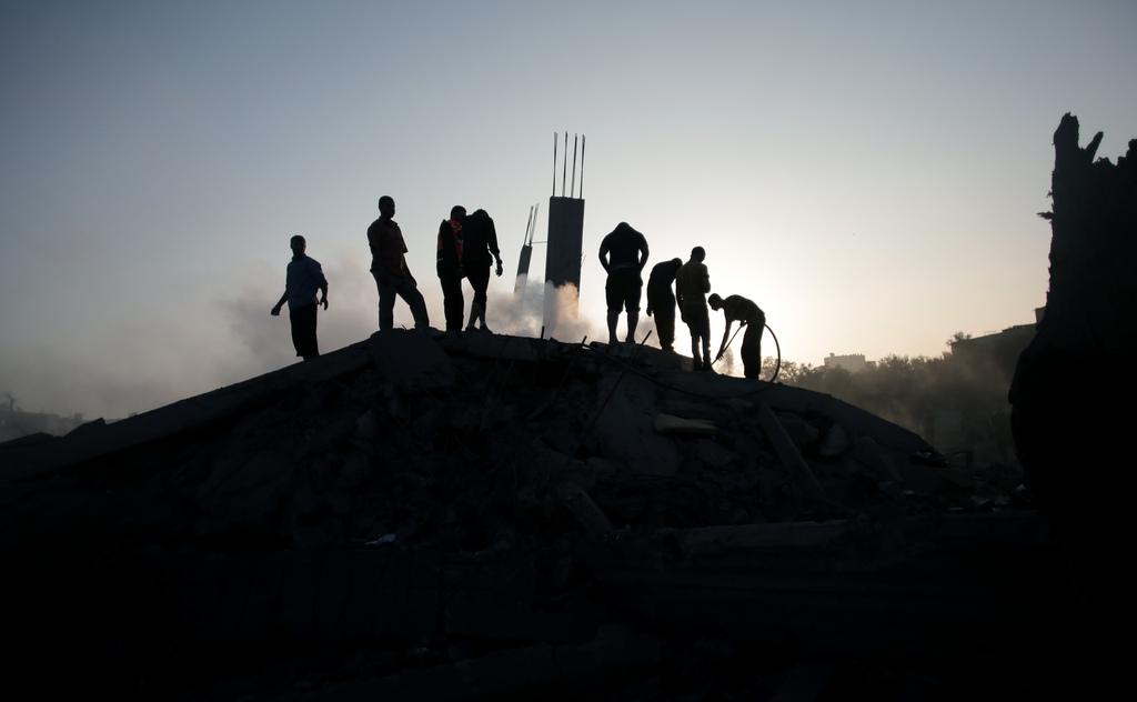 Palästinenser retten Habseligkeiten aus ihrem von Israelis zerstörten Haus, Gaza-Stadt (AP Photo/Khalil Hamra)