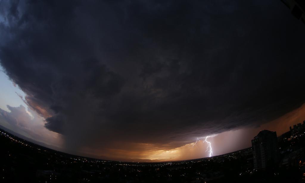 Gewittersturm aus Fisheye-Perspektive, Denver, Col. USA  (AP Photo/David Zalubowski)