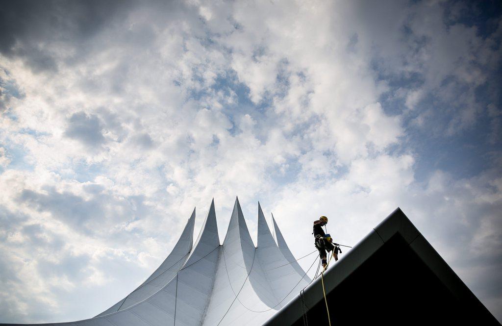 Fassadenreinigung beim Tempodrom in Berlin, Deutschland (Keystone/EPA/Kay Nietfeld)