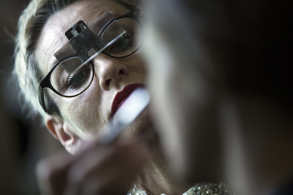 Make-Up bevor der Modenschau in Paris, Frankreich (Keystone/EPA/Etienne Laurent)