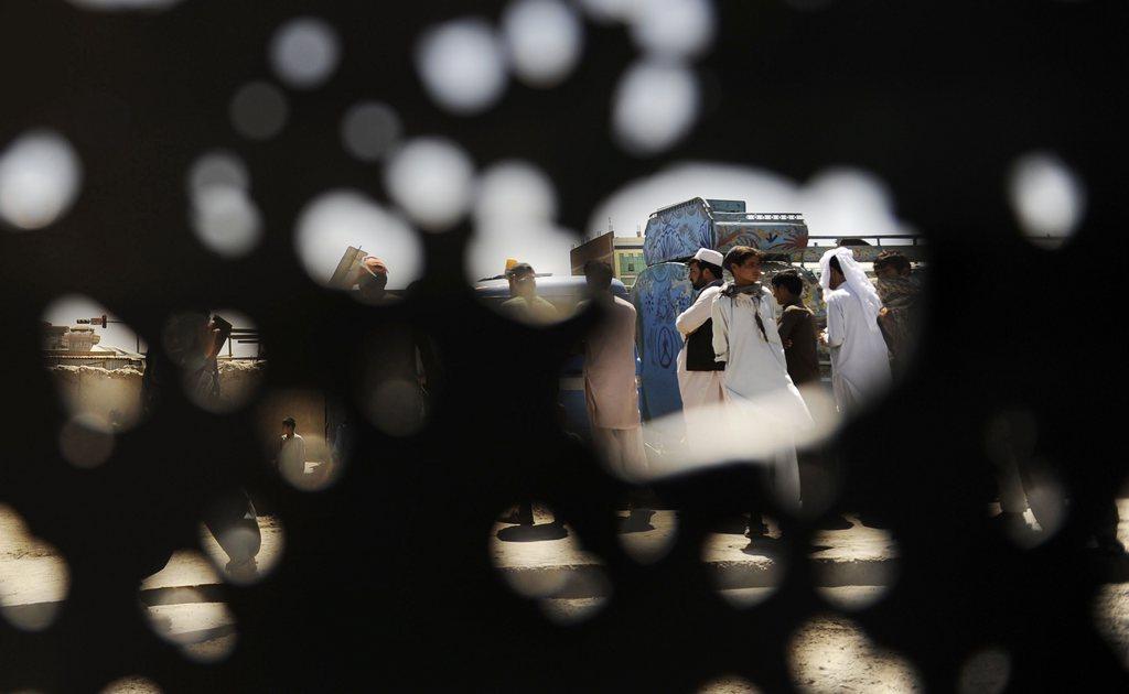Blick durch die bei einem Anschlag durchsiebte Wand eines Kleinbusses, Kabul, Afhghanistan, EPA/JAWAD JALALI