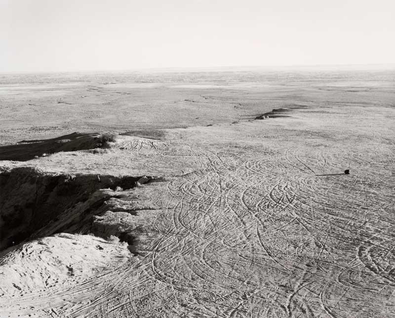 Robert Adams: Quarried Mesa Top, Pueblo County, Colorado, 1978 (abgetragene oberste Schicht einer Hochebene), Silbergelatine-Abzug, 22.7 x 28.3 cm, Yale University Art Gallery, gekauft mit einer Schenkung von Saundra B. Lane und Zuschüssen aus dem Trellis Fund sowie dem Janet and Simeon Braguin Fund.© Robert Adams