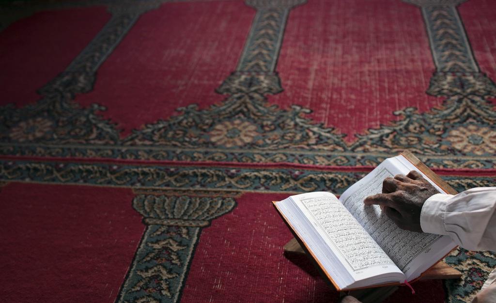 Lektüre im Koran in Dhaka, Bangladesh (Keystone/AP Photo/A.M. Ahad)