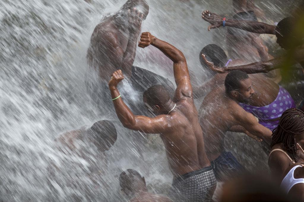 Voodoo-Pilger baden in einem Wasserfall, Haiti (AP Photo/Dieu Nalio Chery)