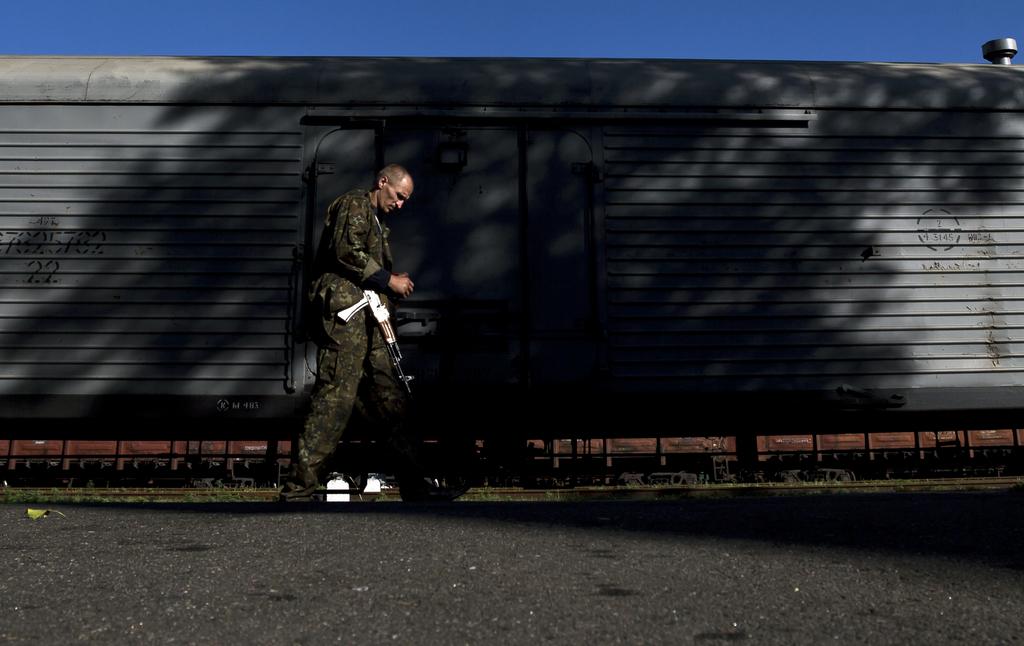 Prorussischer Rebell patrouilliert nahe der Flugzeugabsturzstelle, Ukraine (AP Photo/Vadim Ghirda)