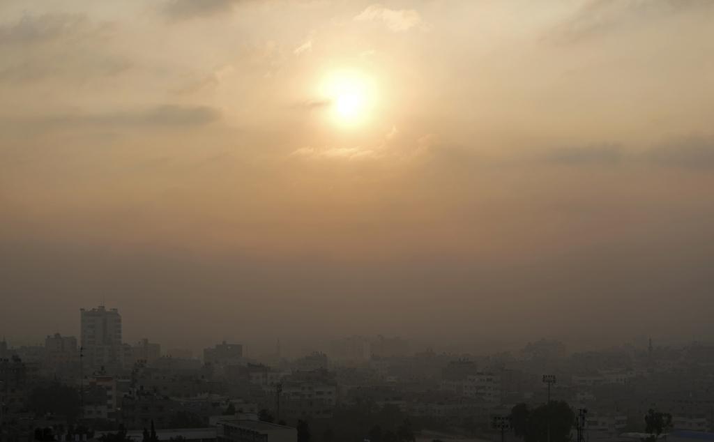 Der raucherfüllte Himmel über Gaza (AP Photo/Khalil Hamra)
