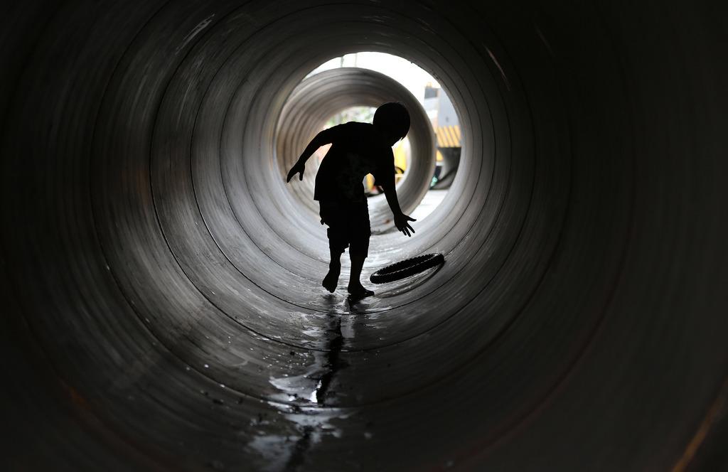 Tunnelblick: Junge spielt in einer Röhre, nahe Manila, Phillippinen (AP Photo/Aaron Favila)