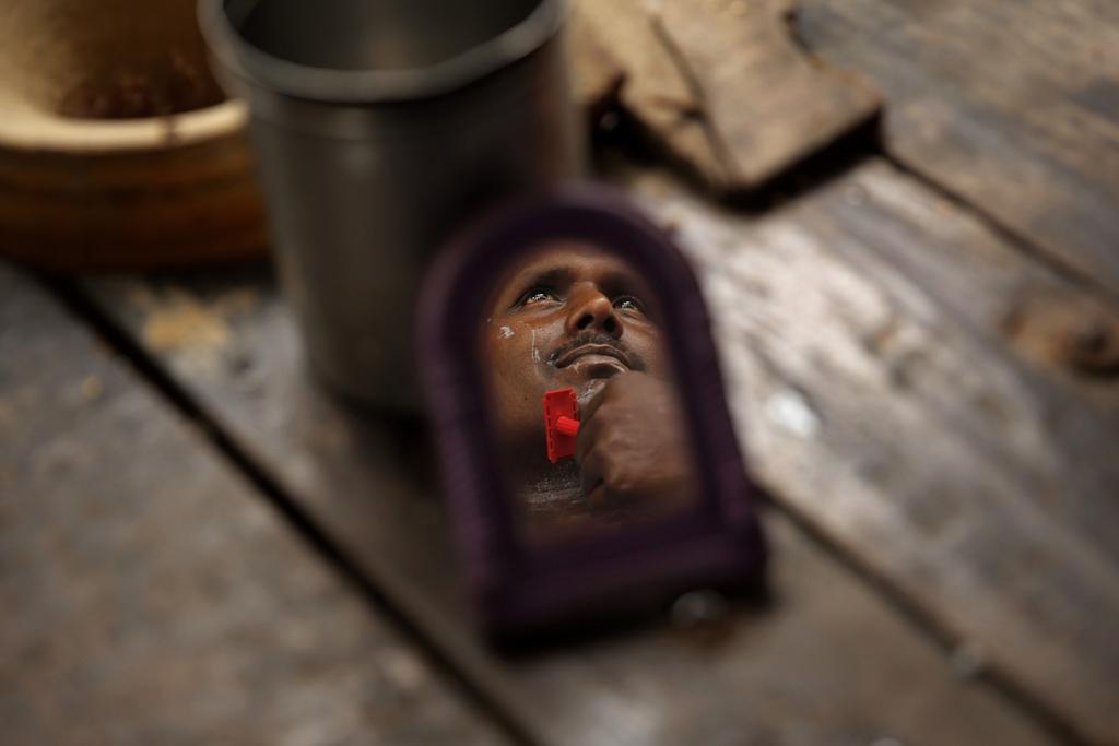 Morgenrasur in Allahabad, Indien (Keystone/AP Photo/Rajesh Kumar Singh)
