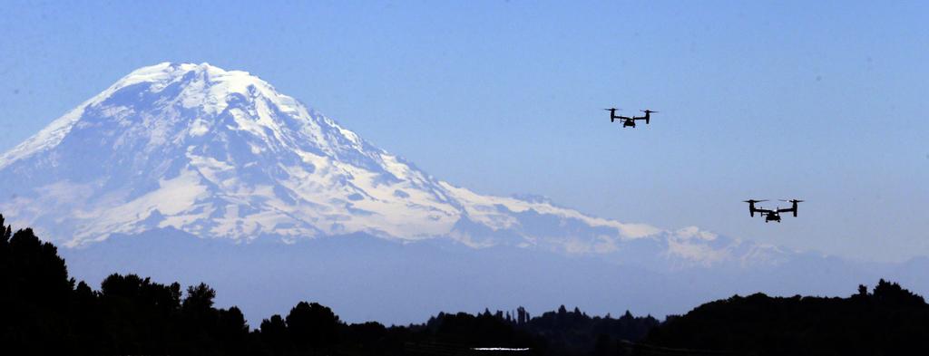 Der Mount Rainier mit Hubschraubern, Seattle, USA (AP Photo/Elaine Thompson)