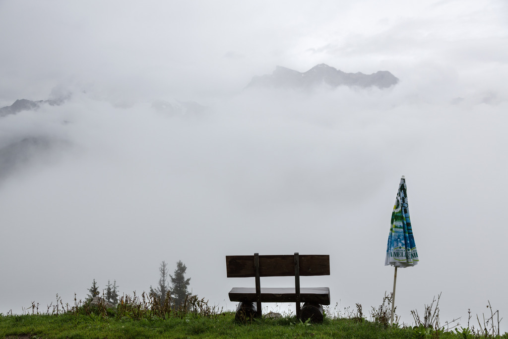 Verhangenes Bergpanorama über dem Bündner Oberland, Schweiz (Keystone/Arno Balzarini)