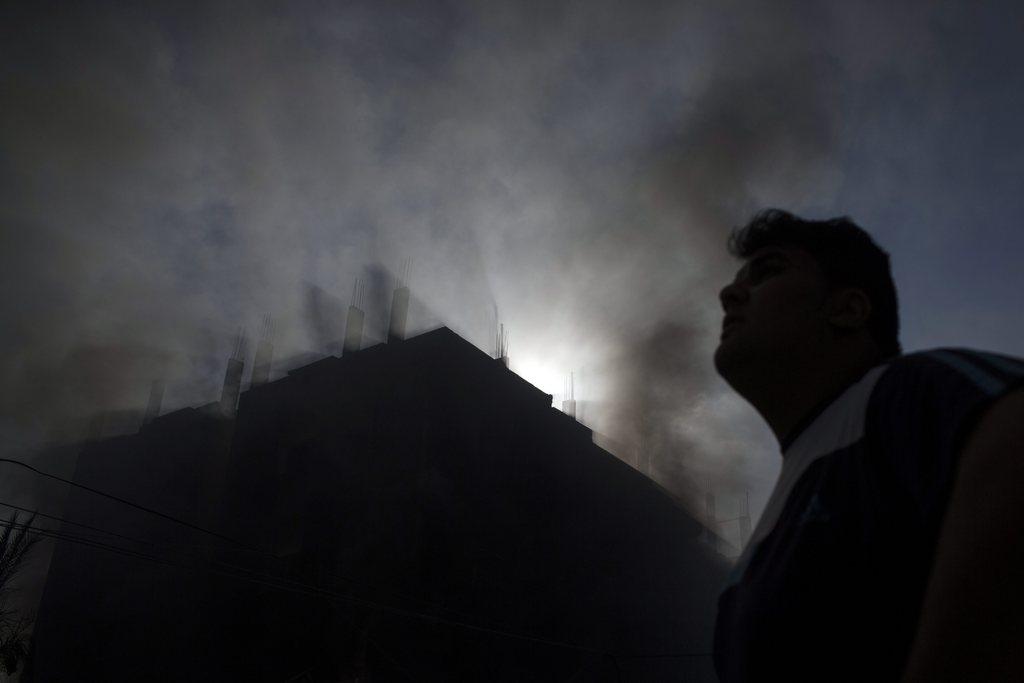 Brennendes Haus in Gaza Stadt (Keystone/EPA/Oliver Weiken)