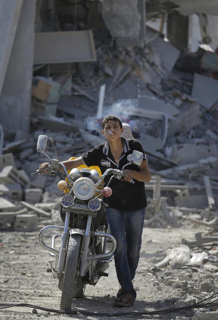 Ein Jugendlicher rettet sein Motorrad in Beit Hanoun, Gaza Streifen (Keystone/AP Photo/Lefteris Pitarakis)