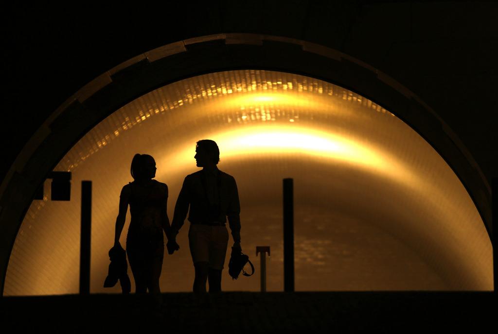 Paar in einer U-Bahn-Station in Lissabon, Portugal (AP Photo/Francisco Seco)