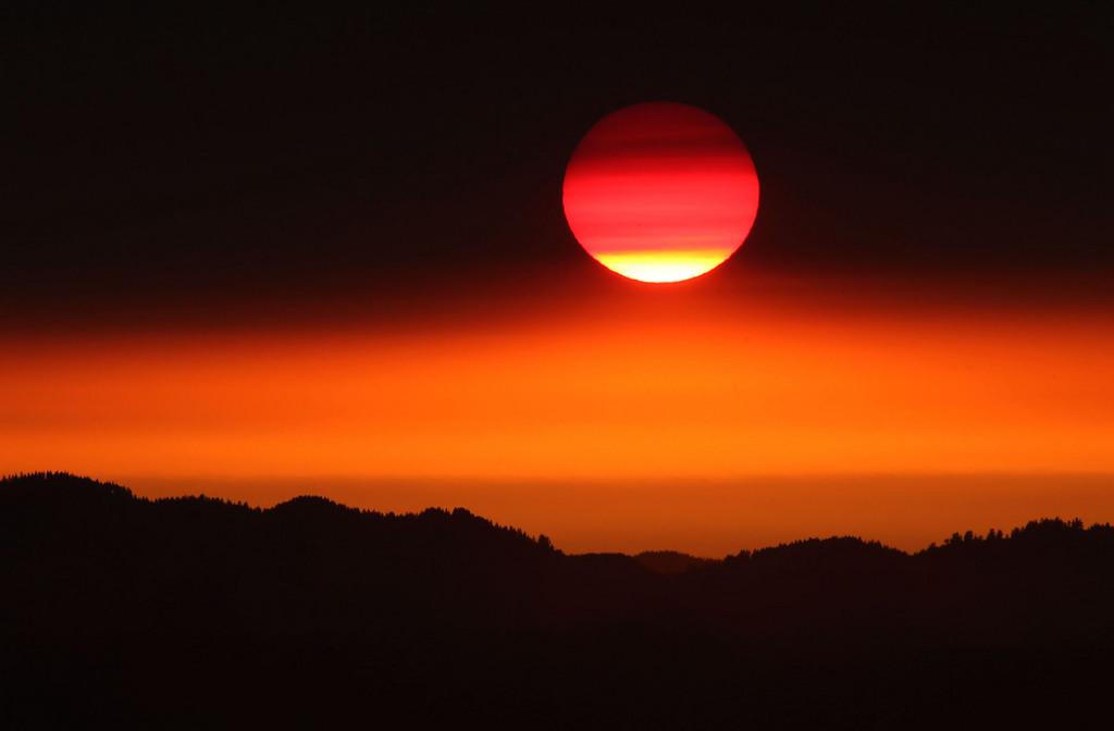 Glühendes Rot, Sonnenuntergang nahe Eugene, Ore. USA (AP Photo/The Register-Guard, Chris Pietsch)