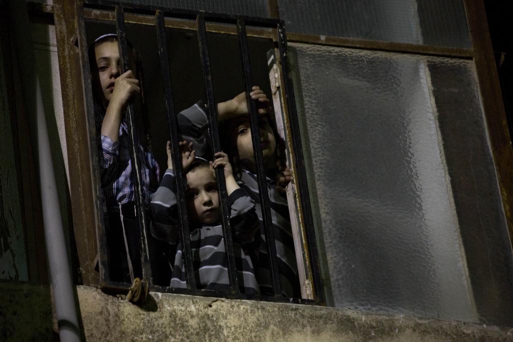 Kinder in Jerusalem beobachten einen Beerdigungszug (AP Photo/Sebastian Scheiner)