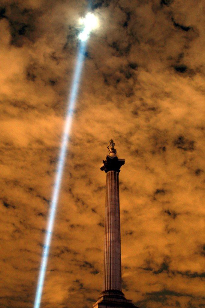 Nelson-Säule und Lichtstrahl, Trafalgar Square, London, GB,  EPA/SEAN DEMPSEY