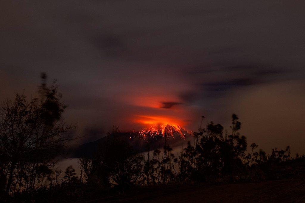 Glühendes Rot: Vulkan Tungurahua, Ecuador,  EPA/JOSE JACOME